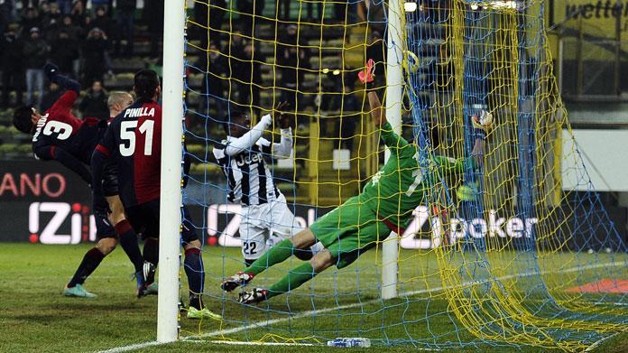 Bernardeschi trascina la Juve, Cagliari contro l'arbitro