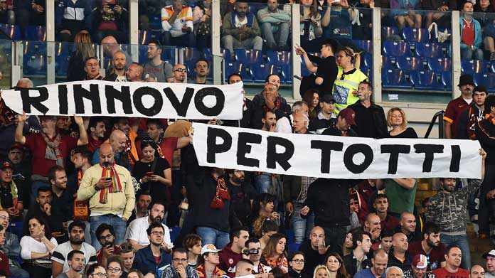 striscione roma tifosi rinnovo totti