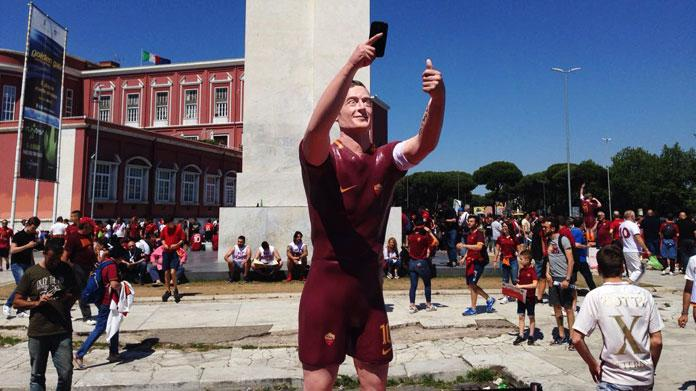 totti roma statua olimpico
