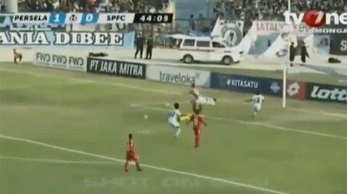 Calcio, tragedia in Indonesia: portiere muore dopo contrasto con compagno