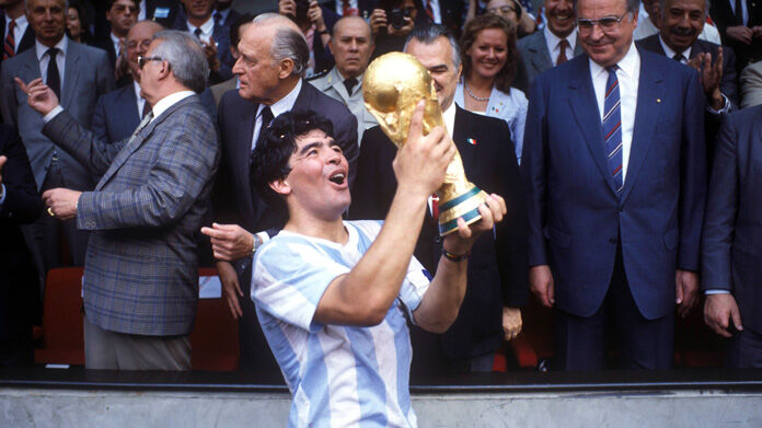 Addio Maradona, morte tenuta nascosta a Bilardo