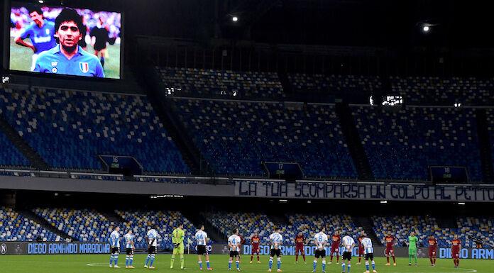 Morte Maradona: lo striscione dei tifosi del Napoli al San Paolo
