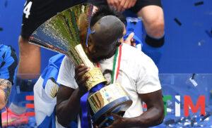 Lukaku scudetto 300x182 - Lukaku eletto miglior calciatore in assoluto della Serie A 2021/22: l'annuncio